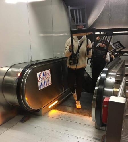 2020 Stuhlprojekt Hauptwache Rolltreppe